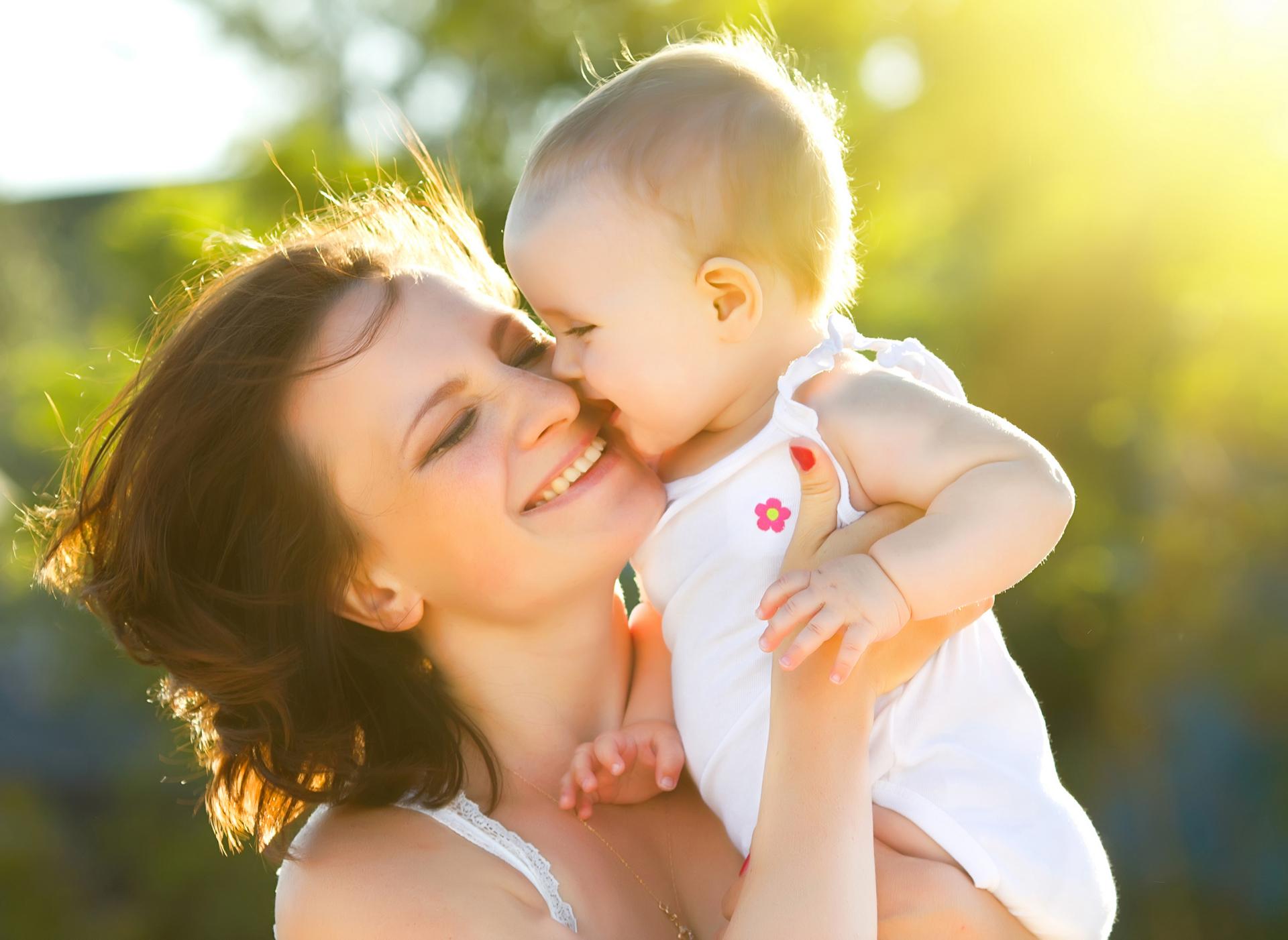 Картинки мама с ребенком на руках в лучах солнца, нарисовать открытку день